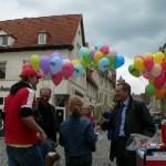 Auf dem Köthener Holzmarkt nutzten wir gemeinsam mit dem Oberbürgermeister Kurt- Jürgen Zander die Chance mit den Passanten über die Bedeutung eines weltweit positiven Rufes der Hochschule Anhalt zu sprechen.