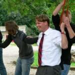 """Beim gemeinsamen Besuch von """"Land Leben Kunst e.V erhielten die Jusos und der Abgeordnete Klaas Hübner einen interessanten Rückblick auf den Kultursommer und bewiesen Geschicklichkeit beim Versuch den Seilparkour zu meistern."""