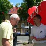 Stefan Hermann und Bernd Biller waren mit Spass dabei Luftballons an Kinder zu verschenken.