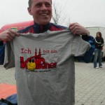 Der Köthener Oberbürgermeister Kurt- Jürgen Zander zeigt Flagge