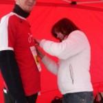 Jan Kiese und Ina Franke beim befestigen der Startnummer