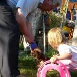 Stolz präsentierten sich der Hundehalter Otto Hampl mit Cleo vom Eichenhof den zahlreichen Gästen. Für beide war das SPD- Sommerfest eine gelungene Abwechslung.