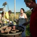 Christian Hocke und Steffi Trümpelmann sorgen dafür, dass Bouletten, Bratwürstchen und Toast gut durchgebraten und in ausreichender Menge an die zahlreichen Gäste ausgereicht werden.